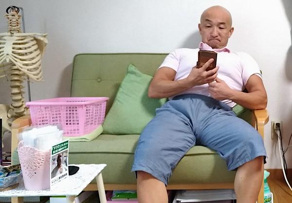ソファーによしかかる男・整体師津田